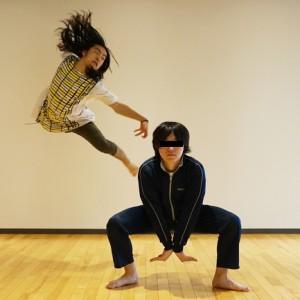 記念写真の「ピース」から卒業するために、プロダンサーに決めポーズを教わった