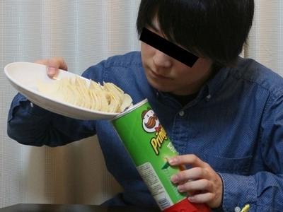 【便利】取りにくい『プリングルズの最後の方』を簡単に食べる方法を発見しました