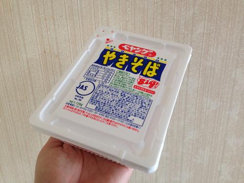 ペヤングの動く麺看板を作った。ところでペヤングは2分30秒でお湯を捨てるのがベストだと思うのですがみなさんはどうですか?