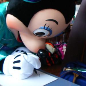 1日でどれだけディズニーキャラにサインをもらえるか