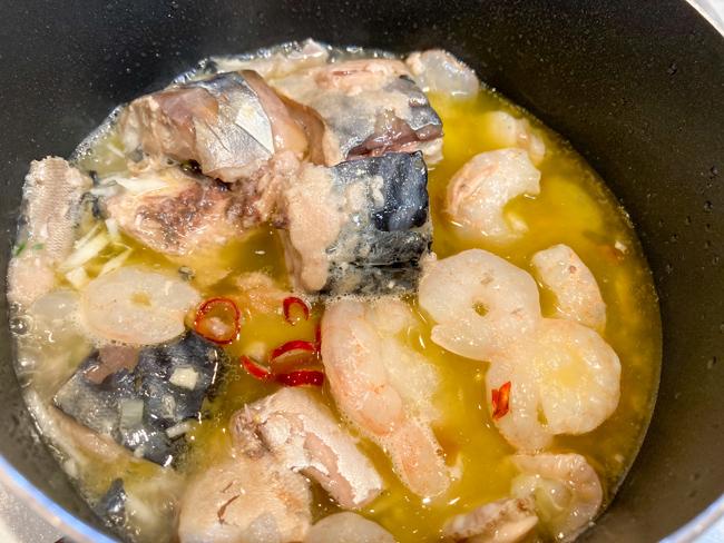 オリーブオイルサバにニンニクとシーフードミックスを入れて煮込んだ簡単アヒージョ
